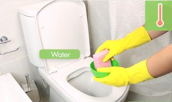تمیز کردن توالت فرنگی با روش میکروب زدایی